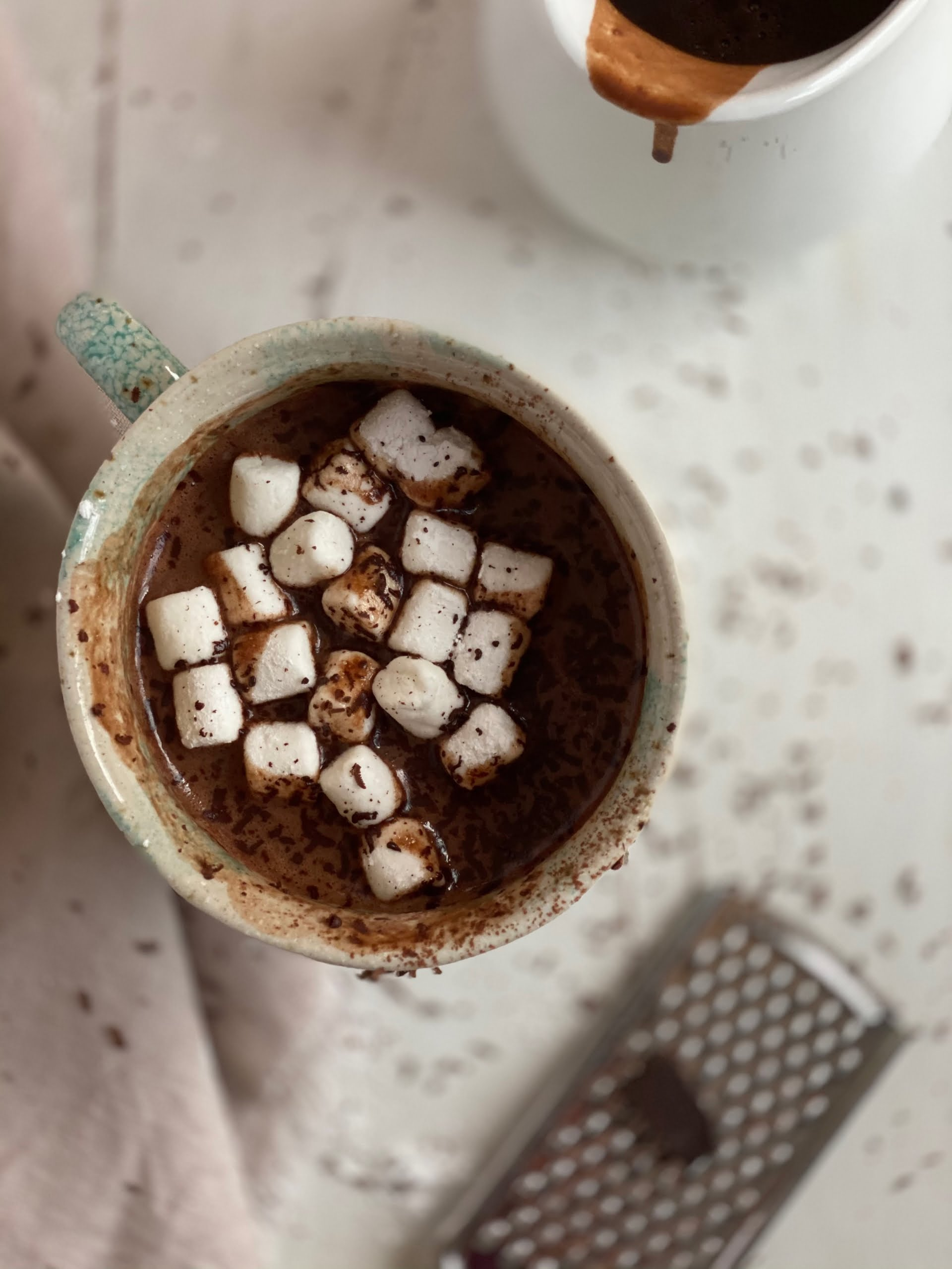 Mocha hot chocolate with marshmallows and grated chocolate - Pure Maple